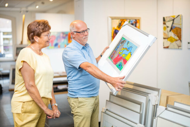 man en vrouw bekijken schilderij kunstuitleen